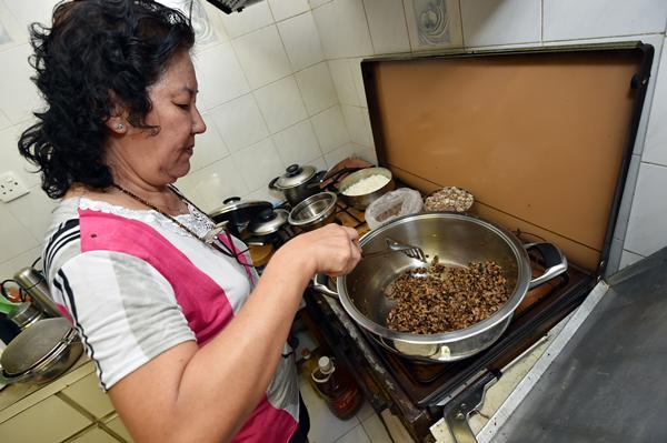 做粽子馅料时,先将香菇等香料放入油锅爆香。