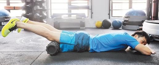 【训练部位:股四头肌】面朝下平躺,將大腿前侧放置到滚筒上,滚动大腿前侧,范围是介于膝盖与臀部之间。