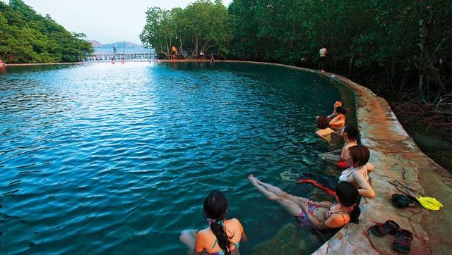马昆特温泉与柯隆镇红树林出海口相连,水温约35至45度。