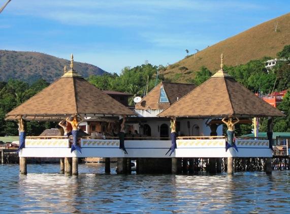 """科隆镇港口的"""" 美人鱼水上餐厅"""" ( L a Sirenetta Restaurant & Bar)为海上建筑,属于开放式餐厅,四周都没有墙,装潢以美人鱼为主题。科隆之所以出现美人鱼的形象,据说是因为科学家曾在巴拉望岛的地下河石灰岩中,发现海牛化石。"""