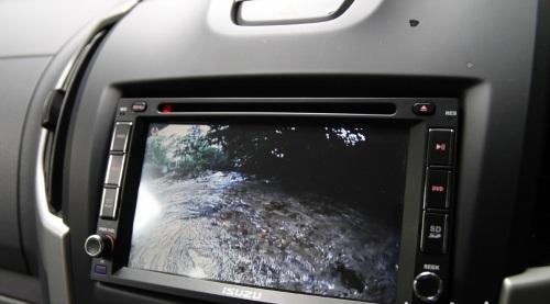 触控式的中控荧幕与车尾镜头相连接,让体型超长的皮卡也能在倒车时更加安心。