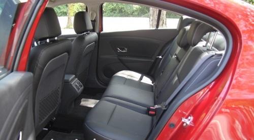 后座空间尤其是膝部位置多达近3个拳头的活动空间,在同级车之中相当骄傲。