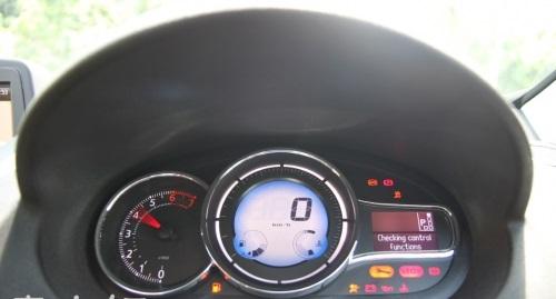 Fluence的整体前卫视觉可说是集中在这台仪表板上,传统的指针引擎转表速搭配电子时速显示,科技感很浓。