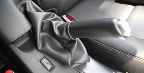 將定速巡航装置设在手煞车拉桿旁也是其他车款少见的作风。