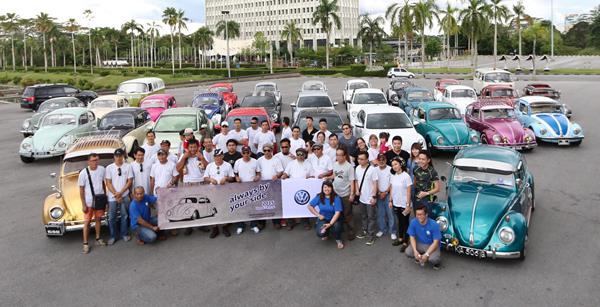 参与游行的德国大众汽车团队、甲虫车主和佳能摄影者合影。