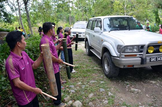 车队进入甘榜西奴苏民宿时,受到村民的传统乐器迎接。