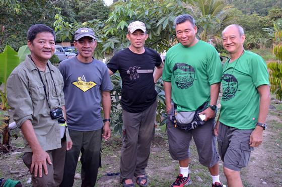 攀山队领队蔡永兴(右1),西奴达拉斯玛迪民宿兼登山响导丹尼斯(左2),与队员及旅游工作者陈友福(中)合影。