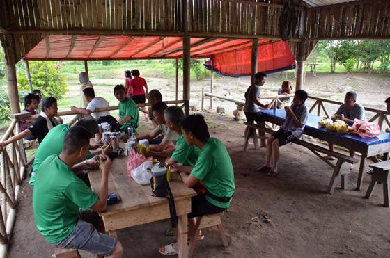 以竹片切成作屋檐装饰,简单的木板钉成的长凳,泥土地板,是当地民宿特色。
