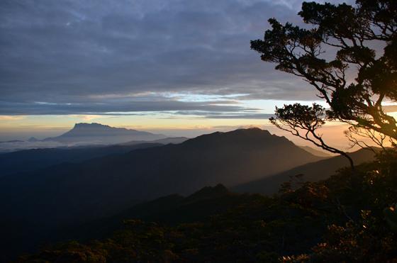 海拔2千642公尺的达拉斯玛迪山峰,与神山遥遥相望,605兰瑙地震时当地不受影响。