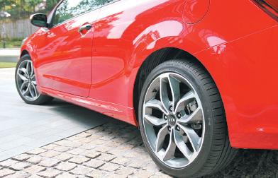 为了让Cerato呈现出轿跑车的强度,轮圈也上提至18吋,操控更强,也更具视觉侵略性。