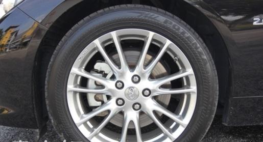 17吋的轮圈大小適中,虽然使用了低压防爆胎对於舒適性有些打折,但在阻尼的配合下,乘坐品质还算舒適。