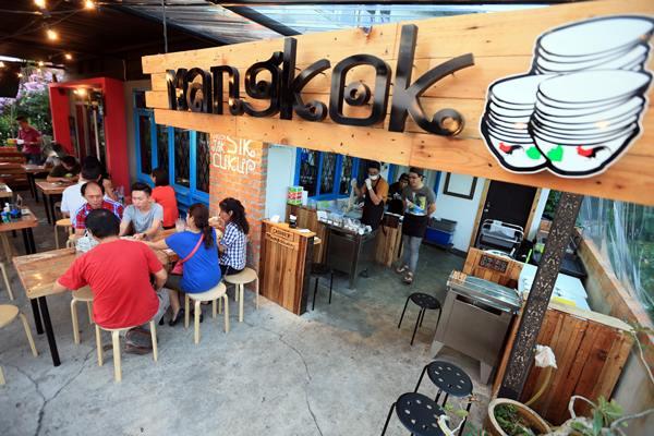 未入夜的MANGKOK﹐已开始忙着招待上门的顾客了。