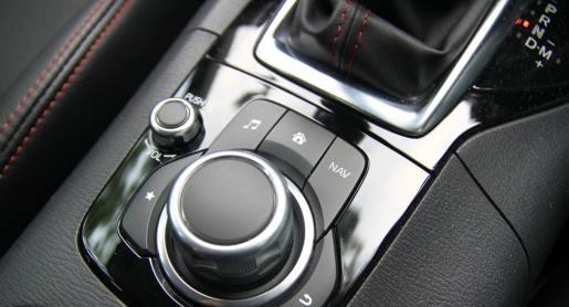 配合中控台设计的旋钮装置质感极佳,操作模式也多元化,在切换媒体、导航等功能上非常便利。