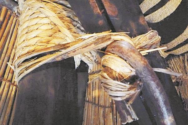 """合掌屋顶的制作,蕴含着高深的建筑学问。屋顶的""""关节""""部分,是用被压扁的树枝当作绳子绑在梁柱上,树枝后半部维持原本的形状,有些会被塞进梁与梁连接的地方作垫高的功用。"""