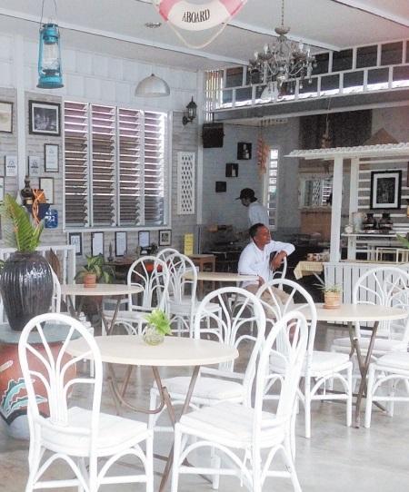这里既是客厅也是早餐用餐区,午后坐在这里吹吹微风,十分愜意。