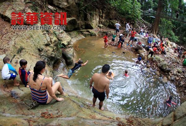 天气炎热﹐不少民众到山都望瀑布嬉水玩乐﹐享受大自然带来的凉快。