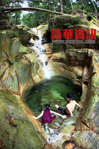 清澈见底的水潭为瀑布加分不少﹐冰凉溪水让人大呼过瘾。