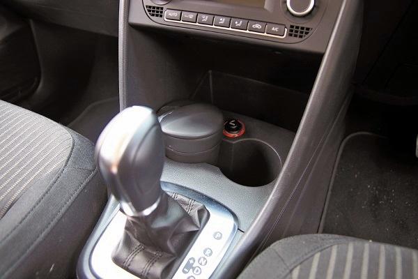 Polo的內装空间有许多便利的收纳空间,像是置杯架及暗格都不少,上车时卸下身上的小杂物相当方便。