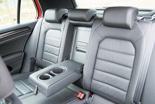 后座的用料及凹槽设计,兼顾了品质、舒適及支撑表现,包覆表现虽有些许贡献,但还是繫上安全带较好。
