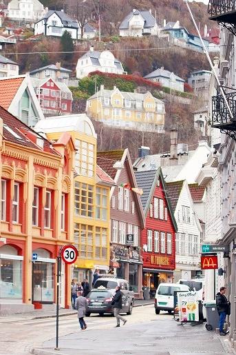 卑尔根市里最吸睛的莫过于色彩丰富的建筑物。它们挨着山边耸立,看似凌乱,却又那么的理所当然。