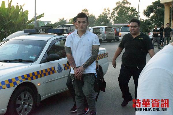 华裔男嫌头部及身体多处受伤。