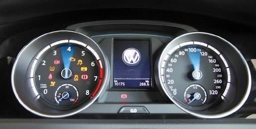 仪表板搭配了Golf R標誌的蓝色系,非常炫目,搭载上彩色资讯屏幕,功能非常齐全。