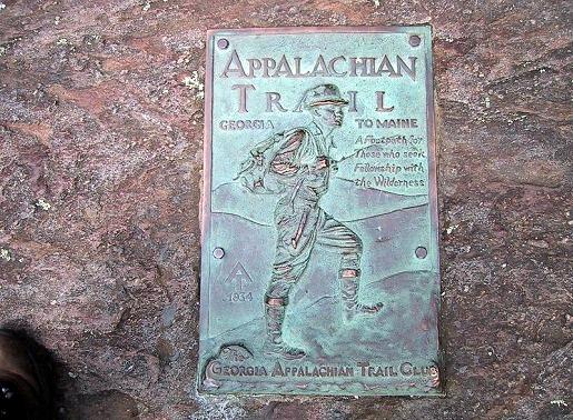 登山健行客通常会在4月从南端的乔治亚州普林格山(Mt Springer)出发,9月走到 北部的缅因州卡塔丁山(Mt Katahdin)结束。规划这时程的原因是9月之后,北方开 始下雪,大雪封山就不能再走。成功挑战山径的人,都会在终点卡塔丁山的标示旁 留下胜利的笑容。