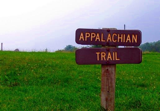 """""""在阿帕拉契山径上是不可能迷路的,只要学会认明2吋宽6吋长的白漆标志。""""这种说法只对了一半。在这里,难得看到一个指示牌,如果有,通常也只有指向""""南""""和""""北"""",没有里程指示;只有在国家公园范围内、或是使用率高的区段,特别是与其他地区小径交叉共用的部分,才会有较详细的里程指示。所以,地图和随身书相当重要。"""