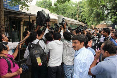 巴士轮暴少年宣判一波三折 印度巴士轮暴案未成年被告宣判一波三折。少年法庭第2度裁示延后再议。图为媒体25日争拍被告辩护律师狄瓦里(Rajesh Tiwari)说明法官裁示内容。