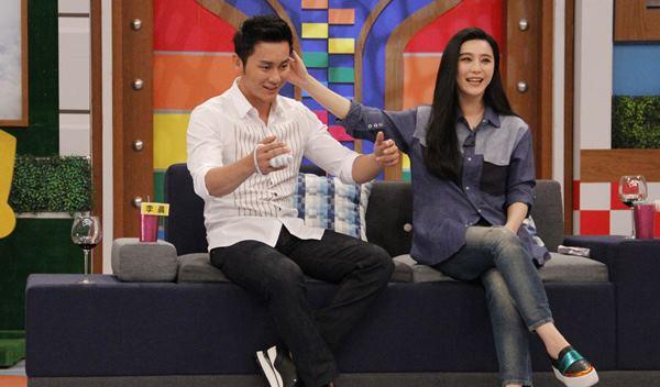 范冰冰(右)与李晨(左)在《康熙来了》甜蜜互动。