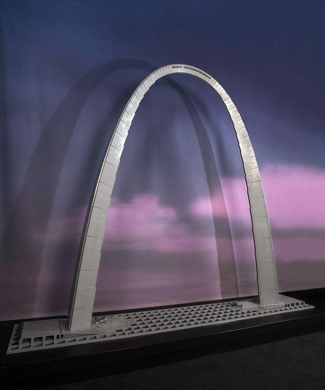 塔克用乐高积木搭建的圣路易斯拱门,是美国的地标性建筑。
