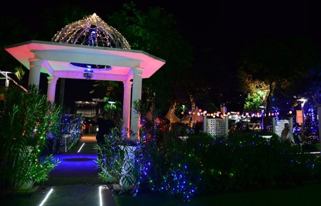 絢麗亮眼的彩燈,圍繞在涼亭和周圍的花瓣上,使入夜後的布城花園,顯得浪漫又迷人。趁著學校假期,民眾不妨帶著家人前往感受入夜後的布城。