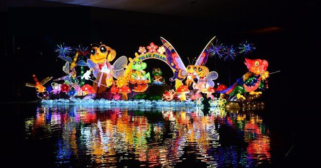 檳城以彩灯製作多个可爱逗趣的萤火虫、蝴蝶和花瓣,由五彩繽纷的鸚鵡带领这艘花船,悠游在布城湖泊上。