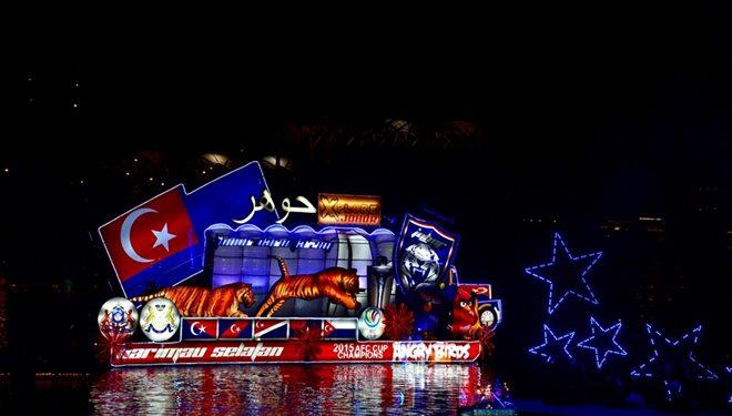 吼!两只霸气十足的老虎在花船上耀武扬威,两只威猛的老虎象征著柔佛州的州徽,后方的州旗以彩灯呈现,更显特出、亮眼。