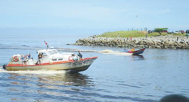 水口伯公庙前面的平台,可以观赏各种返航的船只。