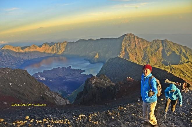 壮丽的林加尼火山湖Segara Anak 内尚有小火山一座还冒烟,名Baru。