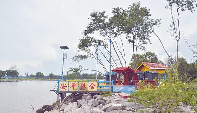水口伯公庙虽小,然而建筑物不失古色古香,坐镇其中的水口伯公金身。