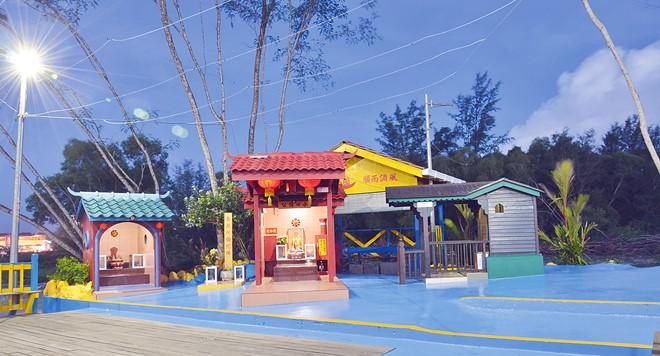 美里水口伯公庙利用太阳能发电,即使是夜晚也有灯光照明。