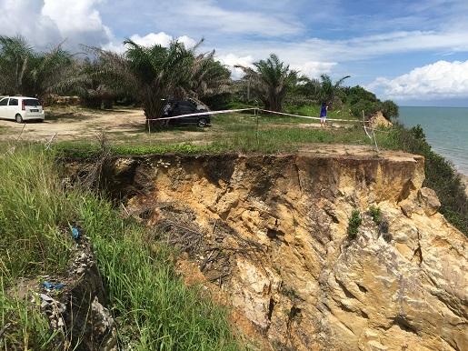 山崖土崩仅是简单的拉起警戒线。