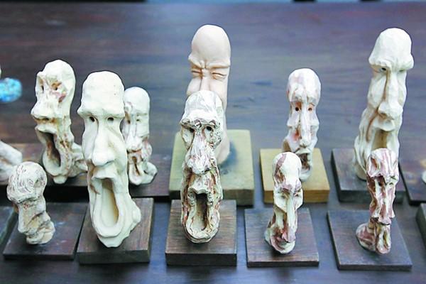 看似小巧的陶製人物塑像其实是陈伟炎的非卖品,因为这些都是每个大型人物塑像所量身定做的「草稿」,或称为小型版本的人物塑像。