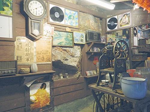 不管是黑膠唱片、海報、古早ABC攪拌器等都是許多大人童年的回憶。