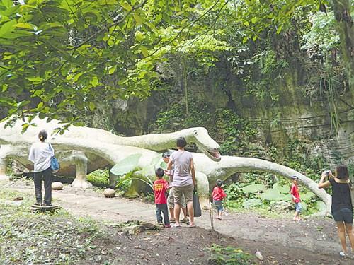 懷古隧道旁的恐龍石像深受小孩們的喜愛。