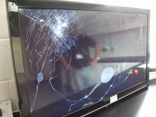 因为球赛输了而被东西砸破的电视