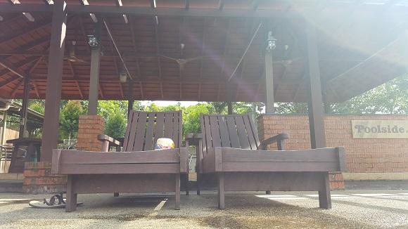 不下海﹐不下水﹐安静地卧在休闲椅上休息﹐度过一个慵懒的上午﹐也是件人生美事。