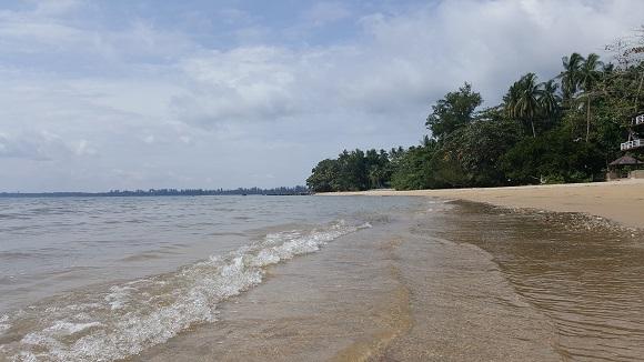 到沙滩踏浪﹐感受海浪带来的冰凉﹐顺便让海浪褪去时﹐把烦恼和琐碎也给带走吧﹗