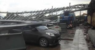停放在建筑区周围多辆私家车都被殃及。