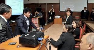 首相署部长拿督斯里阿查丽娜(左2)昨日参观古晋法庭,了解其所采用综合法庭系统(ICS)科技。