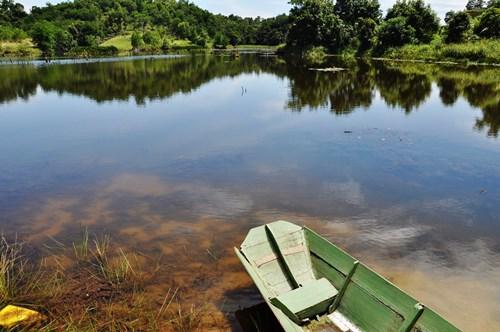 长舟就停在池岸,是居民下水捉鱼的工具。