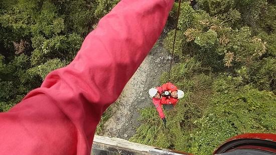 消防飞行员于高空展开升降的救援工作。