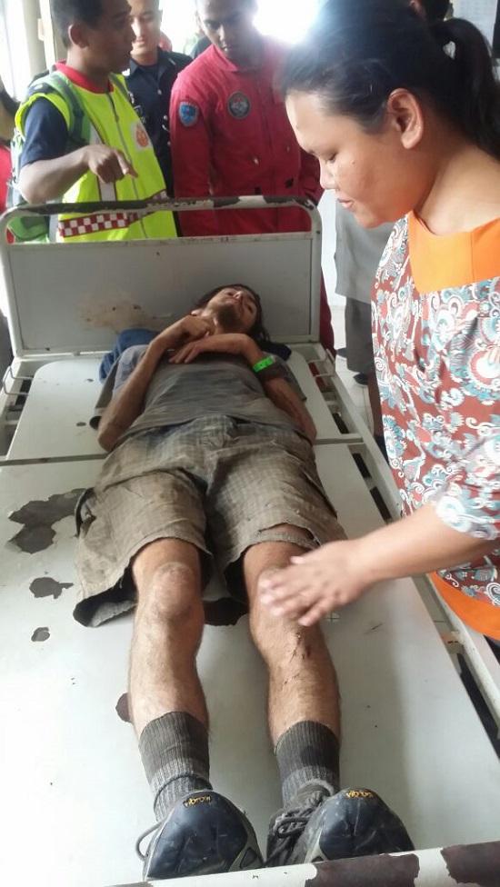 澳籍青年被送抵姆鲁诊所治疗,他仅是脚部轻微擦伤。